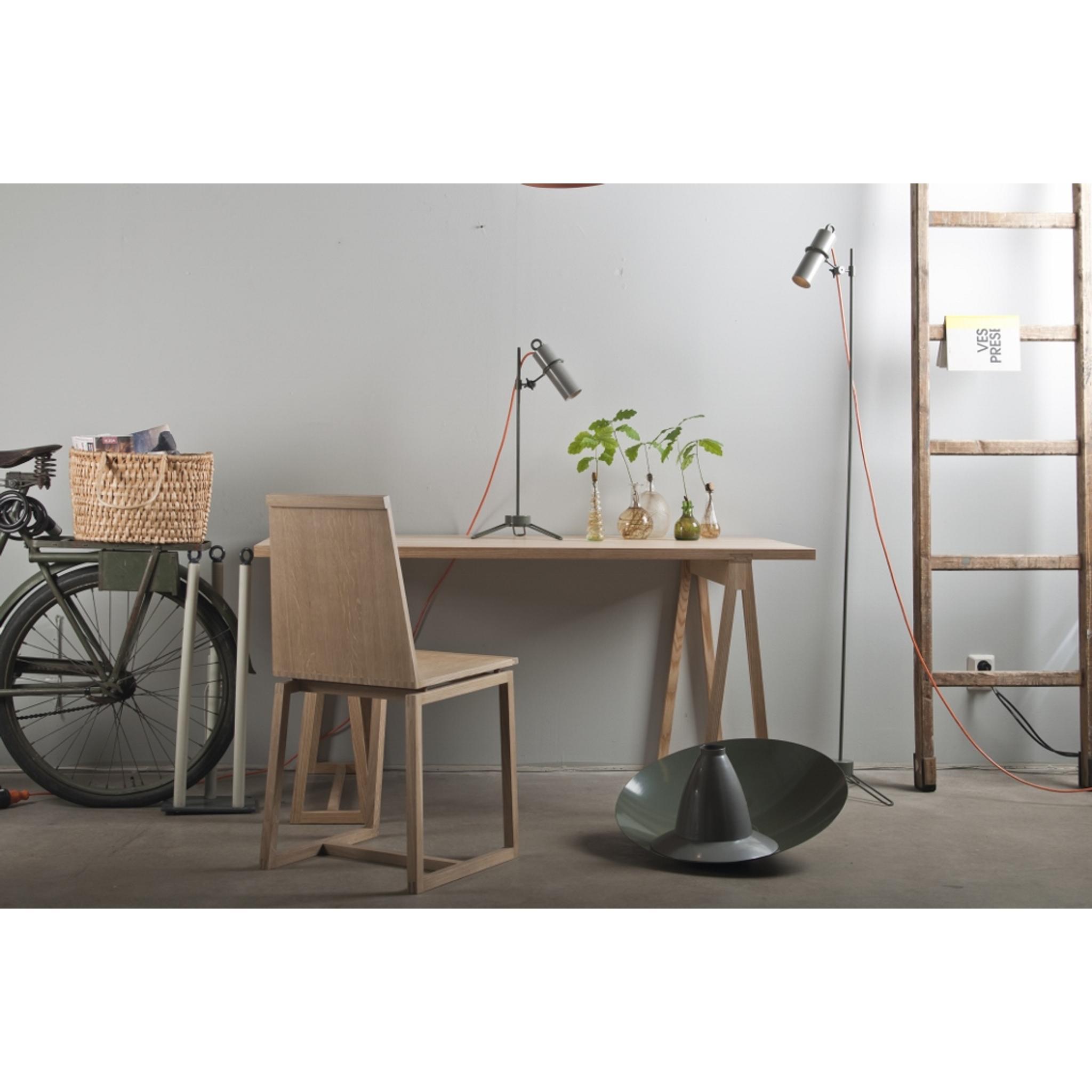 Stehlampe im industriedesign f r led halogen lampen for Sofa industriedesign