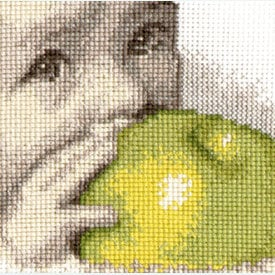 Baby with an Apple - borduurpakket met telpatroon - Oven |  | Artikelnummer: ov-s511
