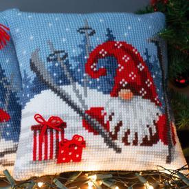 Christmas Gnome Skiing 2 - Vervaco Kruissteekkussen |  | Artikelnummer: vvc-172808