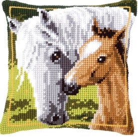 White Horse and her Foal - Vervaco Kruissteekkussen |  | Artikelnummer: vvc-144668