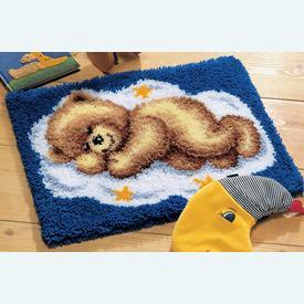 Teddy on Cloud 9 - knooptapijt Vervaco | Smyrna tapijt met teddybeertje  | Artikelnummer: vvc-2565-38012