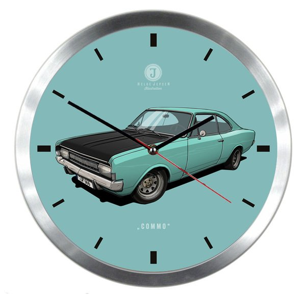 "Helge Jepsen Wanduhr mit Illustration eines Opel Commodore - Spitzname ""Commo"""